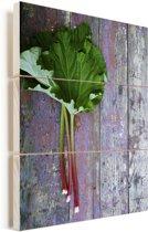 Rabarber met bladeren op een houten oppervlak Vurenhout met planken 120x160 cm - Foto print op Hout (Wanddecoratie) XXL / Groot formaat!