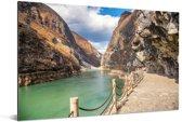 Voetpad langs het water in de Tijgersprongkloof in China Aluminium 180x120 cm - Foto print op Aluminium (metaal wanddecoratie) XXL / Groot formaat!