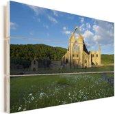 Kleurrijke bloemen bij de Tintern Abbey in Wales Vurenhout met planken 120x80 cm - Foto print op Hout (Wanddecoratie)