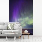 Fotobehang vinyl - Noorderlicht boven het Nationaal park Banff in Canada breedte 235 cm x hoogte 350 cm - Foto print op behang (in 7 formaten beschikbaar)