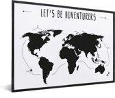 Wereldkaart Zwart Wit - Spreuk - Adventures - Muur - in lijst zwart 60x40 cm