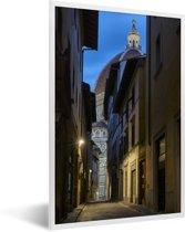 Foto in lijst - Donker straatje met op het einde de Dom van Florence van Italië fotolijst wit 40x60 cm - Poster in lijst (Wanddecoratie woonkamer / slaapkamer)