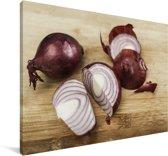 Foto van gesneden rode uien op een houten snijplank Canvas 120x80 cm - Foto print op Canvas schilderij (Wanddecoratie woonkamer / slaapkamer)