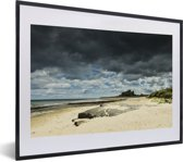 Foto in lijst - Dreigende lucht boven het Kasteel van Bamburgh fotolijst zwart met witte passe-partout klein 40x30 cm - Poster in lijst (Wanddecoratie woonkamer / slaapkamer)