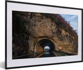 Foto in lijst - De tunnel door een berg bij de Amerikaanse Blue Ridge Parkway in North Carolina fotolijst zwart met witte passe-partout 60x40 cm - Poster in lijst (Wanddecoratie woonkamer / slaapkamer)