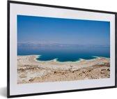 Foto in lijst - Luchtfoto van de Dode Zee in Azië fotolijst zwart met witte passe-partout 60x40 cm - Poster in lijst (Wanddecoratie woonkamer / slaapkamer)