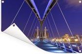 De Europese Lowry-brug tijdens de nacht Tuinposter 120x80 cm - Tuindoek / Buitencanvas / Schilderijen voor buiten (tuin decoratie)