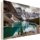 Moraine Lake in het Nationaal park Banff in Noord-Amerika Vurenhout met planken 120x80 cm - Foto print op Hout (Wanddecoratie)