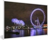 Foto in lijst - Paars vuurwerk en een paarse London Eye in de avond in Londen fotolijst wit 60x40 cm - Poster in lijst (Wanddecoratie woonkamer / slaapkamer)