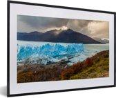 Foto in lijst - De Perito Moreno gletsjer met een mooie berg op de achtergrond fotolijst zwart met witte passe-partout 60x40 cm - Poster in lijst (Wanddecoratie woonkamer / slaapkamer)