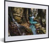 Foto in lijst - Turquoise riviertje in een kloof in het Nationaal park Triglav in Slovenië fotolijst zwart met witte passe-partout klein 40x30 cm - Poster in lijst (Wanddecoratie woonkamer / slaapkamer)