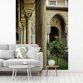 Fotobehang vinyl - Mooie pilaren in de tuinen van Koninklijk Paleis van Sevilla breedte 225 cm x hoogte 300 cm - Foto print op behang (in 7 formaten beschikbaar)