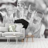 Fotobehang vinyl - Glazen wodka met kaviaar breedte 375 cm x hoogte 300 cm - Foto print op behang (in 7 formaten beschikbaar)