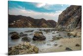 Scherpe rotsen en bergen op het strand van Santa Marta in Colombia Aluminium 90x60 cm - Foto print op Aluminium (metaal wanddecoratie)