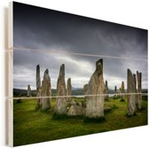 Donkere hemel boven de Schotse Calanais Standing Stones Vurenhout met planken 60x40 cm - Foto print op Hout (Wanddecoratie)