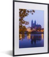 Foto in lijst - De Duitse stad Maagdenburg tijdens schemering fotolijst zwart met witte passe-partout klein 30x40 cm - Poster in lijst (Wanddecoratie woonkamer / slaapkamer)