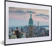 Foto in lijst - Het Empire State Building verlicht in New York fotolijst zwart met witte passe-partout klein 40x30 cm - Poster in lijst (Wanddecoratie woonkamer / slaapkamer)