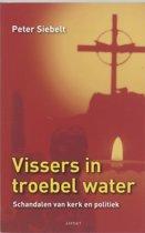 Vissers in troebel water
