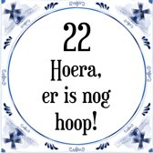 Verjaardag Tegeltje met Spreuk (22 jaar: Hoera! Er is nog hoop! 22! + cadeau verpakking & plakhanger