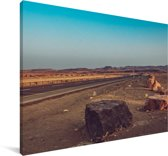 De snelweg midden door de Makhtesh Ramon in Israël Canvas 140x90 cm - Foto print op Canvas schilderij (Wanddecoratie woonkamer / slaapkamer)