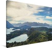 Bergmeren in het landschap  van het Nationaal park Nahuel Huapi onder een wolkenveld Canvas 140x90 cm - Foto print op Canvas schilderij (Wanddecoratie woonkamer / slaapkamer)