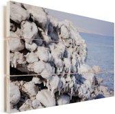 Zoutkristallen op de oever van de Dode Zee in het Midden-Oosten Vurenhout met planken 120x80 cm - Foto print op Hout (Wanddecoratie)