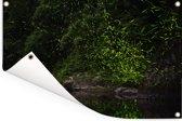 Vuurvliegjes vliegen over een rivier Tuinposter 120x80 cm - Tuindoek / Buitencanvas / Schilderijen voor buiten (tuin decoratie)