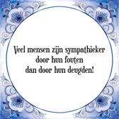 Tegeltje met Spreuk (Tegeltjeswijsheid): Veel mensen zijn sympathieker door hun fouten dan door hun deugden! + Kado verpakking & Plakhanger