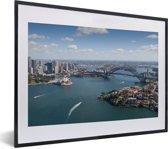 Foto in lijst - Luchtfoto van de enorme Australische stad Sydney fotolijst zwart met witte passe-partout klein 40x30 cm - Poster in lijst (Wanddecoratie woonkamer / slaapkamer)