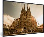 Foto in lijst - Zonnestralen schijnen op de Sagrada Familia in Spanje fotolijst zwart 60x40 cm - Poster in lijst (Wanddecoratie woonkamer / slaapkamer)