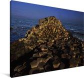 De Giant's Causeway prachtig verlicht in de nacht Canvas 180x120 cm - Foto print op Canvas schilderij (Wanddecoratie woonkamer / slaapkamer) XXL / Groot formaat!