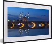 Foto in lijst - Romeinse stenen brug voor de Sabanci moskee fotolijst zwart met witte passe-partout 60x40 cm - Poster in lijst (Wanddecoratie woonkamer / slaapkamer)