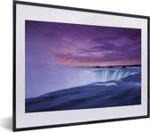 Foto in lijst - Paarse lucht bij de Niagarawatervallen in Amerika fotolijst zwart met witte passe-partout klein 40x30 cm - Poster in lijst (Wanddecoratie woonkamer / slaapkamer)
