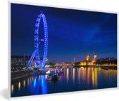Foto in lijst - Afbeelding van een blauw gekleurde London Eye in de nacht fotolijst wit 60x40 cm - Poster in lijst (Wanddecoratie woonkamer / slaapkamer)