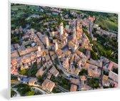 Foto in lijst - Zonsopgang over de Toscaanse ommuurde stad in Italië fotolijst wit 60x40 cm - Poster in lijst (Wanddecoratie woonkamer / slaapkamer)