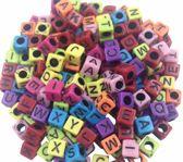 500 stuks vierkante gekleurde alfabetkralen 5.5mm