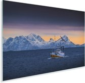 Een vissersboot met bergen op de achtergrond Plexiglas 120x80 cm - Foto print op Glas (Plexiglas wanddecoratie)