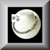 Elegante set van grijs parelcollier en oorstekers