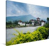 Het Punakha Dzong klooster en de Mo Chhu rivier in Bhutan Canvas 180x120 cm - Foto print op Canvas schilderij (Wanddecoratie woonkamer / slaapkamer) XXL / Groot formaat!