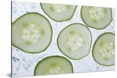 Plakjes komkommer met een lichte achtergrond Aluminium 90x60 cm - Foto print op Aluminium (metaal wanddecoratie)