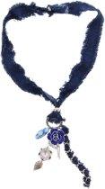 Ketting van spijkerstof met onderaan een zilverkleurige ring waar een blauwe bloem aan hangt, een langwerpige kraal met bloemenprint, een diamant in de vorm van een bloem, zilverkleurige draadjes en een zilverkleurig blaadje.