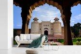 Fotobehang vinyl - De Aziatische poort van Lahore Fort vanuit de Veranda in Pakistan breedte 450 cm x hoogte 300 cm - Foto print op behang (in 7 formaten beschikbaar)