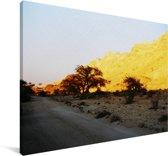 Gele lucht door de laagstaande zon in de Makhtesh Ramon Canvas 90x60 cm - Foto print op Canvas schilderij (Wanddecoratie woonkamer / slaapkamer)