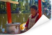 Vrouwelijke local kookt op een boot in Xochimilco Poster 120x80 cm - Foto print op Poster (wanddecoratie woonkamer / slaapkamer)