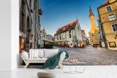 Fotobehang vinyl - Een schitterende straat in het Stadshart van Tallinn breedte 360 cm x hoogte 240 cm - Foto print op behang (in 7 formaten beschikbaar)