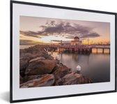 Foto in lijst - StKilda Pier een van de oude iconische plaatsen van Melbourne in Australië fotolijst zwart met witte passe-partout klein 40x30 cm - Poster in lijst (Wanddecoratie woonkamer / slaapkamer)