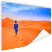 Een Berber loopt in de woestijn Poster 150x75 cm - Foto print op Poster (wanddecoratie woonkamer / slaapkamer)