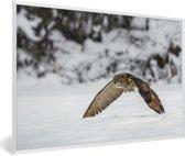 Foto in lijst - Een oehoe vliegt laag over de sneeuw heen fotolijst wit 60x40 cm - Poster in lijst (Wanddecoratie woonkamer / slaapkamer)