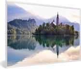 Foto in lijst - Meer van Bled en eiland met St Mary kerk fotolijst wit 60x40 cm - Poster in lijst (Wanddecoratie woonkamer / slaapkamer)