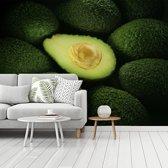 Fotobehang vinyl - Dwarsdoorsnede van een rijpe avocado breedte 535 cm x hoogte 400 cm - Foto print op behang (in 7 formaten beschikbaar)